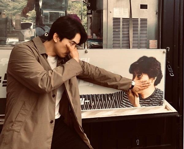 Lee Byung Hun gửi xe đồ uống đến trường quay tặng Song Seung Hun. Tài tử họ Song diễn lại cảnh che mặt đáng nhớ trong bộ phim Mr. Sunshine của Lee Byung Hun.