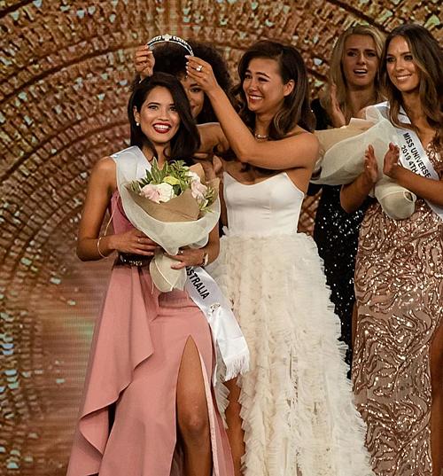 Chung kết Miss Universe Australia 2019 diễn ra tại thành phố Melbourne tối 27/6 (giờ địa phương) vừa khép lại. Priya Serrao đã vượt qua 27 cô gái khác để giành ngôi vị cao nhất. Đại diện bang Victoria không giấu nổi xúc động khi nhận vương miện từ người tiền nhiệm - hoa hậu Francesca Hung.