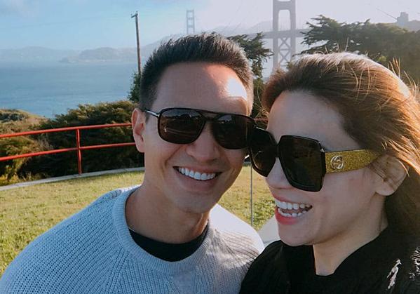 Trên trang cá nhân tối 27/6, Kim Lý đăng tải bức ảnh hạnh phúc bên Hồ Ngọc Hà nhân dịp kỷ niệm 2 năm yêu nhau. Đây là tấm hình được cả hai chụp trong chuyến du lịch đầu tiên cùng nhau tại San Francisco, bang California, Mỹ.