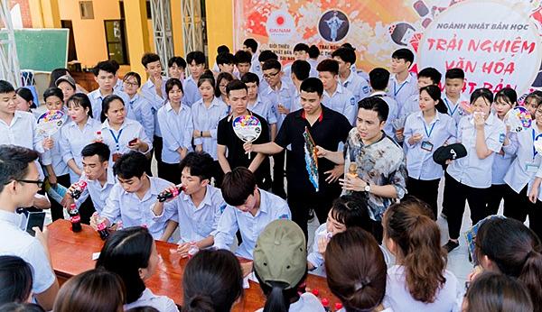 Mạnh Quân trò chuyện cùng các bạn trẻ. Họ cùng nhau tìm hiểu về văn hóa Nhật Bản.