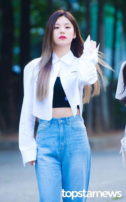 Yeji khoe vòng eo với crop top. Nữ idol có đôi mắt một mí độc lạ, khí chất sang chảnh.