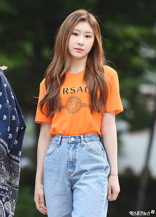 Các cô gái ITZY tạo dáng như đang bước trên sàn catwalk. Chae Ryeong kết hợp áo phông hàng hiệu, quần jean phủi bụi.