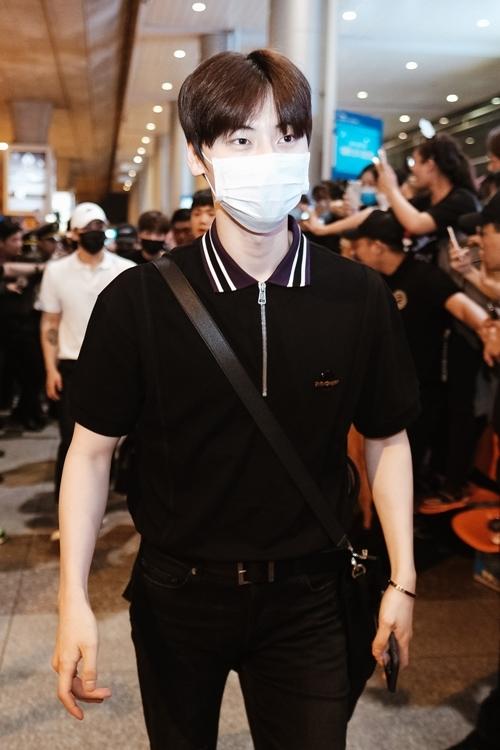 Dù đeo khẩu trang che kín gần hết khuôn mặt nhưng các thành viên đều toát lên độ thần thái.