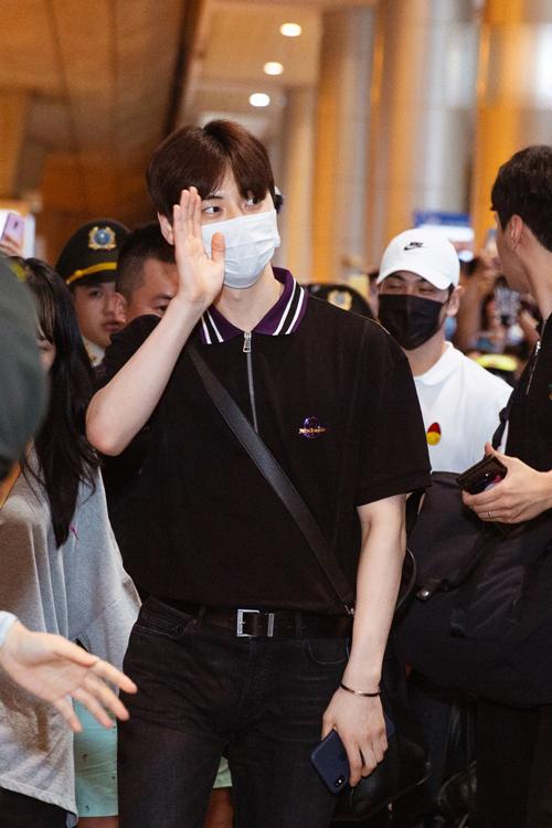 Mới đây, nhóm nhạc quốc dân Wanna One kết thúc thời hạn hoạt động, Hwang Min Hyun trở lại cùng đồng đội Nuest và phát hành mini album thứ 6 Happily Ever After với bài hát chủ đề Bet Bet. Ca khúc nhanh chóng leo lên số 1 của các bảng xếp hạng âm nhạc uy tín trong và ngoài Hàn Quốc.
