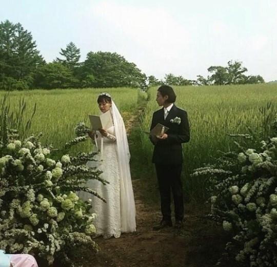 Lee Na Young và Won Bin đọc lời thề ước trong đám cưới giữa cánh đồng.