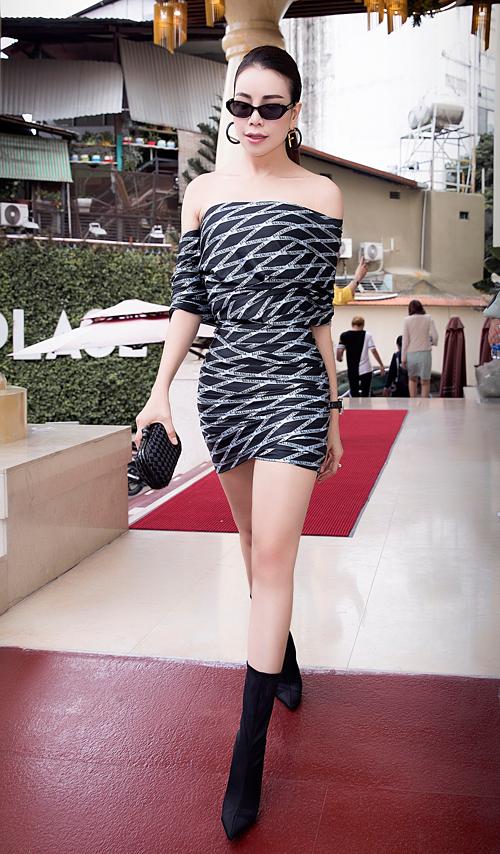 Người đẹp sinh năm 1990 mix váy bất đối xứng cùng loạt phụ kiện hàng hiệu gồm: boots Balenciaga, kính Chanel x Pharrell, clutch Bottega Venetta và bông tai Fendi.
