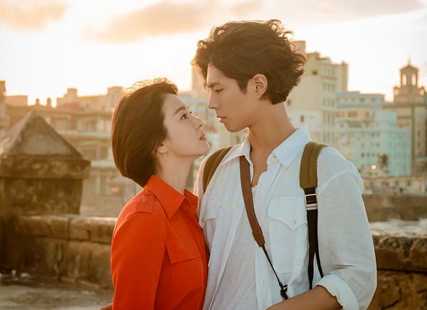 2018, mỹ nam 26 tuổi hợp tác cùng Song Hye Kyo trong phim Encounter. Anhchia sẻban đầu gặpkhó khăn trong việc tiếp xúc với đàn chị hơn 12 tuổi. Tuy nhiên sau này, cả hai trở nên thân thiết hơn trong quá trình quay phim,trao đổi về nhân vật.