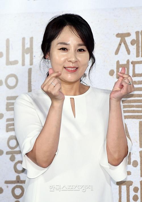 Nữ diễn viên Jeon Mi Seon xuất hiện trước truyền thông với biểu cảm vui vẻ vào ngày 25/6.