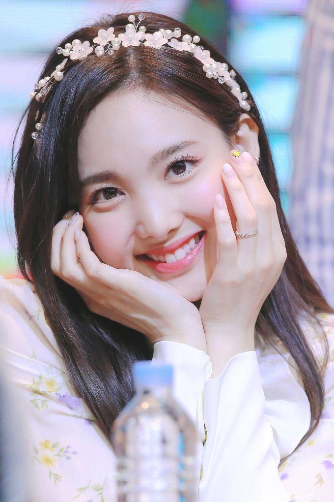 """<p> Na Yeon là thành viên lớn tuổi nhất trong nhóm nhưng nhiều người vẫn nhầm cô nàng là em út. Nữ idol có nụ cười rạng rỡ, """"răng thỏ"""" dễ thương. Thành viên Twice luôn xuất hiện với hình tượng năng động, vui vẻ, bày trò chọc phá các thành viên và cả người hâm mộ.</p>"""