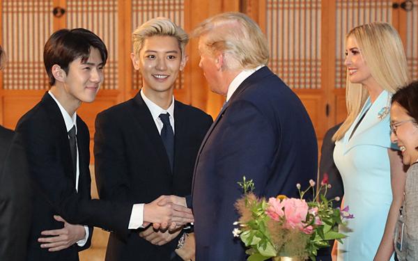 Bầu không khí vui vẻ, thân thiện giữa EXO và Donald Trump.