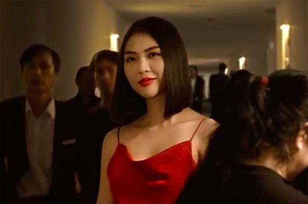 Nhân vật của Tường Linh trong phim sở hữu vẻ ngoài nóng bỏng. Để nhập vai, Hoa hậu Sắc đẹp châu Á chấp nhận cắt tóc ngắn, trang điểm đậm, bận đồ hở hang.