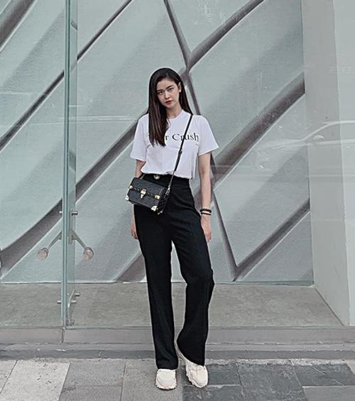 Trương Quỳnh Anh hack chiều cao hiệu quả bằng combo áo phông cắm thùng với quần ống suông.