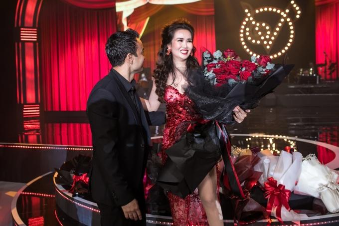 <p> Vào cuối chương trình, Võ Hạ Trâm xúc động khi ông xã mang bó hoa hồng lên sân khấu tặng. Họ cưới nhau từ tháng 1/2019. Nữ ca sĩ cho biết, ông xã người Ấn Độ luôn ủng hộ cô hết mình trên con đường sự nghiệp.</p>