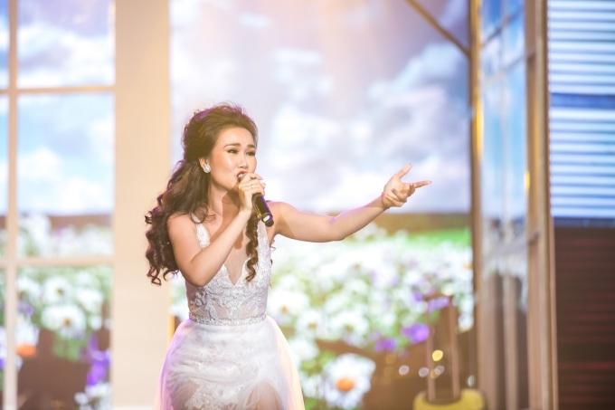 """<p> Cô tự tin thể hiện các nhạc phẩm khó như """"Memory"""", mashup """"City of Stars - When You Believe"""", """"Love is an Open Door"""", """"Never Enough"""", """"A Million Dreams""""...</p>"""