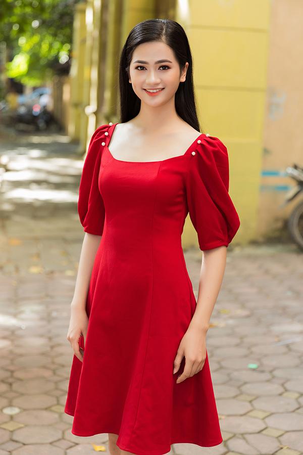 <p> Trong số này xuất hiện nhiều nhan sắc nổi bật thuộc thế hệ 10x. Nguyễn Thị Thu Phương - Hoa khôi Kinh Bắc 2019 - sinh năm 2000, đang là sinh viên năm nhất của Học viện Tài Chính Hà Nội. Cô gây ấn tượng với đôi mắt đen tuyền và nụ cười dịu dàng.</p>