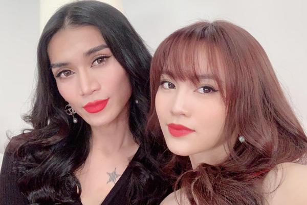 Bức ảnh selfie mới của Lan Ngọc và BB Trần khiến fan thích thú. Nhiều người khen cặp đôi đang gây sốt của Chạy đi chờ chi trông giống nhau chẳng khác gì chị em. BB Trần khéo kẻ mắt, tô son đỏ và đánh sống mũi giống Lan Ngọc để tạo sự tương đồng.