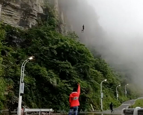 Khoảnh khắc Wan Tiandi nhảy xuống.