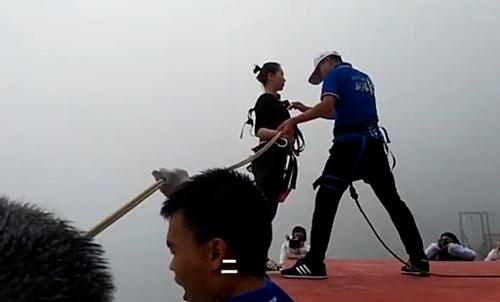 Wan Tiandi được trang bị dây, bảo hộ để thực hiện nhảy bungee mang đồ ăn xuống núi.
