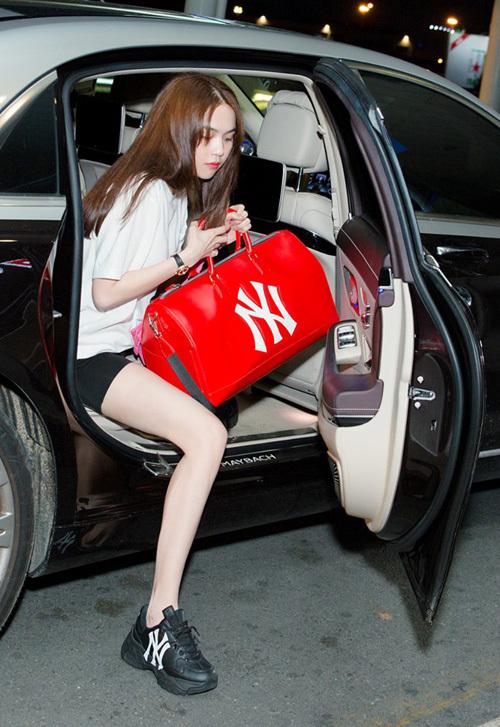 Ngọc Trinh khoe chân thon với trang phục sporty khi ra sân bay.