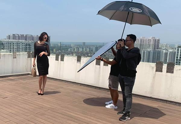 Hồng Quế chấp nhận phơi nắng giữa trưa hè để chụp hình thời trang.