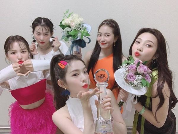 Red Velvet liên tục ăn mừng nhận cúp trên show âm nhạc khi quảng bá Zimzalabim.