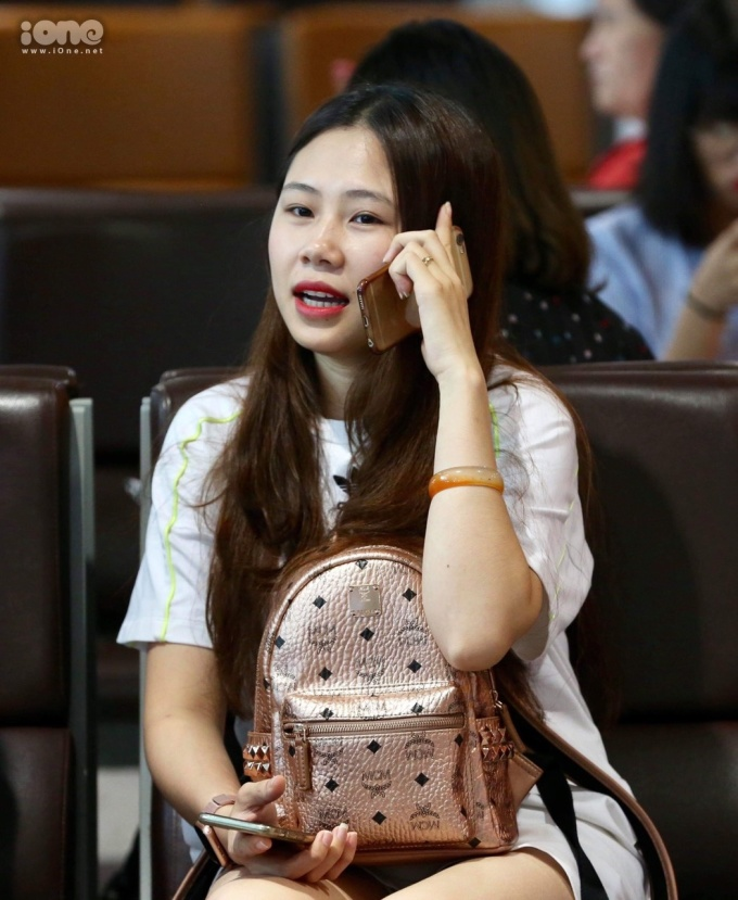 """<p> Bạn gái Đình Trọng là Trang """"Heo"""" cũng thấp thỏm ngóng chờ.</p>"""