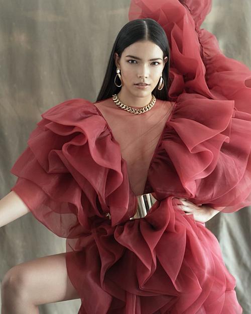 Tại Thái Lan, Tân hoa hậu là một người mẫu chuyên nghiệp kiêm DJ.