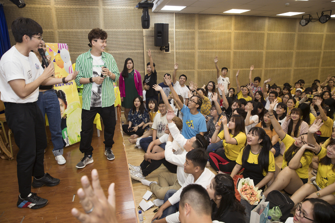 <p> Fan nhiệt tình giao lưu, xung phong lên sân khấu để tham gia tất cả các trò chơi.</p>