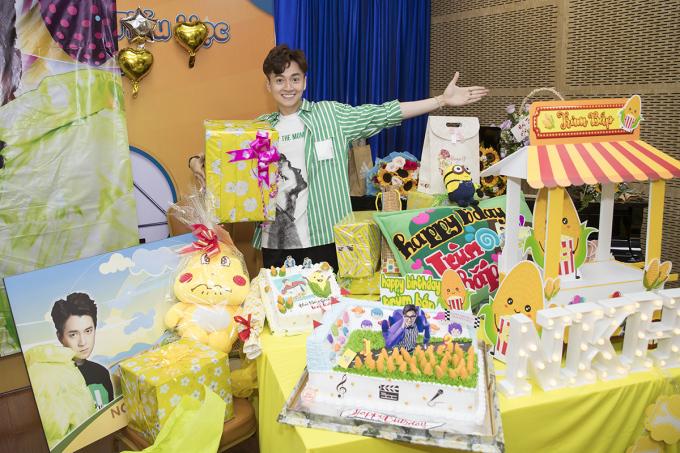 """<p> Một """"núi"""" quà Ngô Kiến Huy nhận được trong sinh nhật.</p>"""