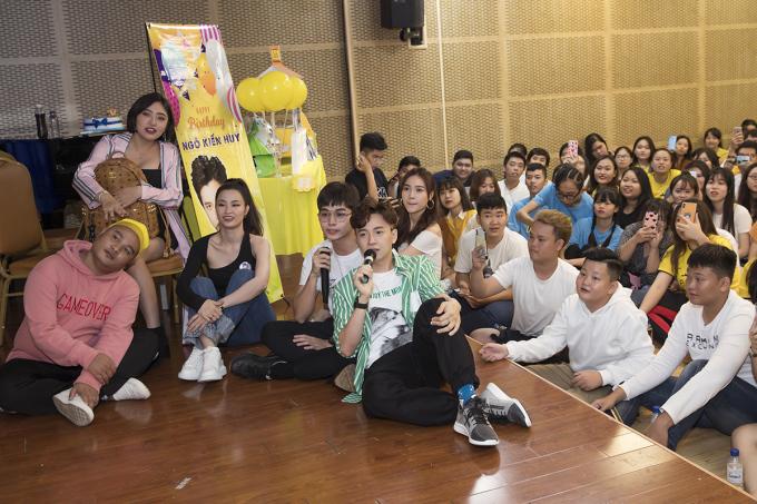 <p> Tiết mục karaoke trên sân khấu khiến Ngô Kiến Huy, fan và các khách mời hòa chung làm một. Họ cùng ngồi bệt xuống sàn và say sưa thể hiện các ca khúc quen thuộc.</p>