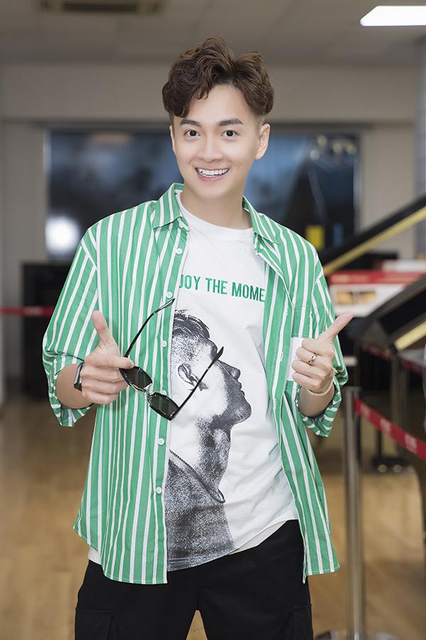 <p> Chiều 30/6, Ngô Kiến Huy có buổi offline fan mừng sinh nhật tại TP HCM. Nam ca sĩ diện đồ trẻ trung, có mặt từ sớm để đón hàng trăm fan.</p>