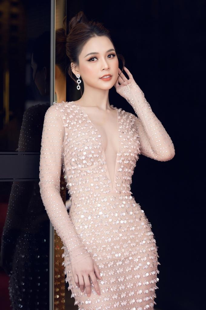 <p> Thiết kế ôm sát, xẻ ngực sâu, nữ diễn viên tự tin khoe vẻ gợi cảm hút mắt.</p>