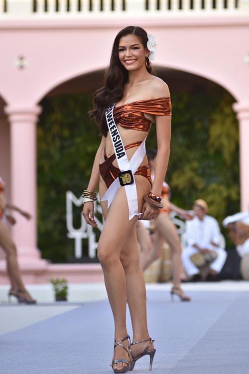 Tân Hoa hậu sở hữu hình thể cân đốivới chiều cao 1,82 m và số đo ba vòng lần lượt là 86 - 65 - 94 cm.
