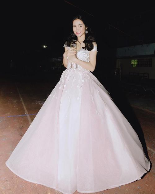 Gần đây, Hòa Minzy thường xuyên xuất hiện ở các sự kiện với những chiếc đầm bồng bềnh đậm phong cách công chúa.
