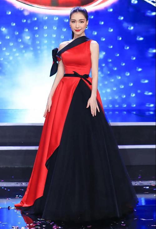 Váy bị đứt khóa, Hòa Minzy chữa cháy tài tình trước giờ lên sân khấu - 7