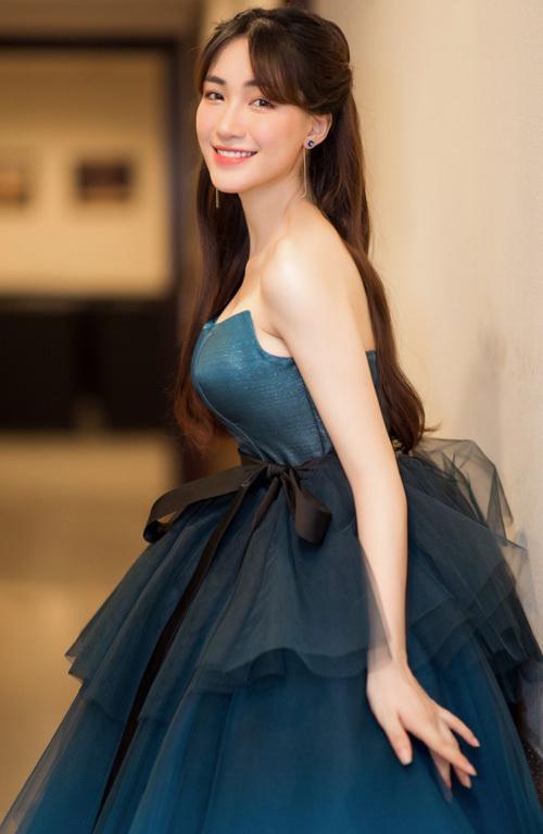 Để tránh bị lộ, Hòa Minzy kéo váy lên thật cao đến sát nách thay vì diện trễ nải như phom ban đầu. Sau đó cô dùng một chiếc ruy băng màu đen buộc nơ ngang eo để cố định không bị tuột.