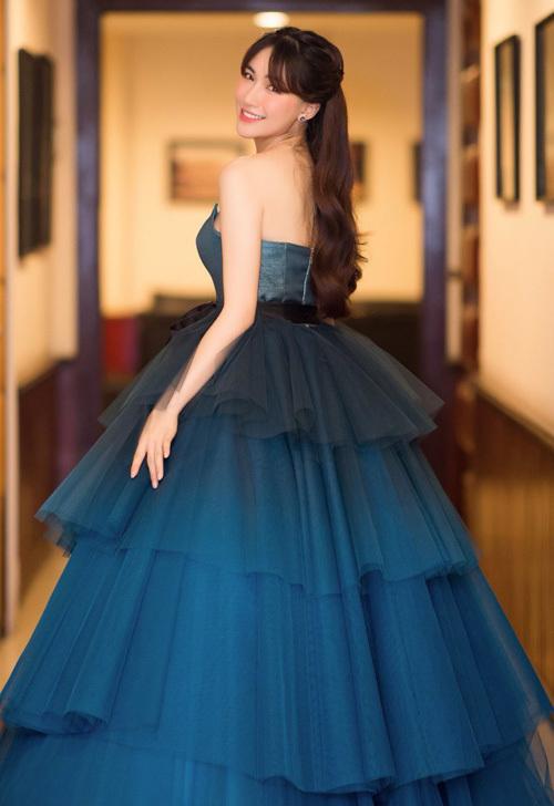 Chiếc đai đen không chỉ giúp giữ váy mà còn tạo thành điểm nhấn hiệu quả cho chiếc váy xòe bồng của Hòa Minzy thêm xinh xắn. Nếu cô không chia sẻ, hẳn sẽ ít người nhận ra sự cố trang phục này.