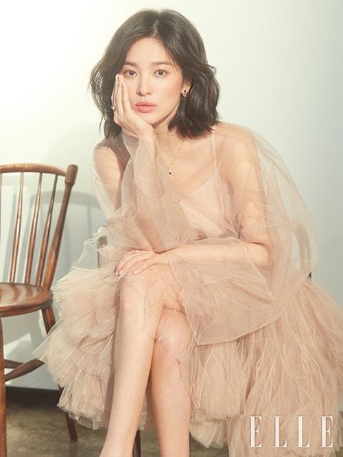 Nhiều người nhận ra mẫu đầm Diễm My mặc từng được Song Hye Kyo diện trước đó không lâu. Vợ cũ Song Joong Ki mặc trang phục của nhà mốt nước Phápđể xuất hiệntrên bìa tạp chí Elle Hàn Quốc hồi tháng 3.
