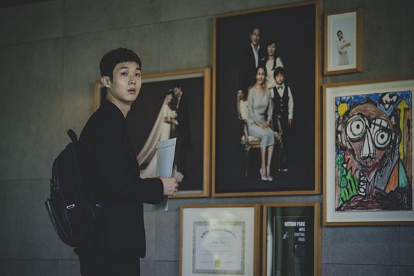Ki Woo là thành viên duy nhất trong gia đìnhbị viên đá ám ảnh