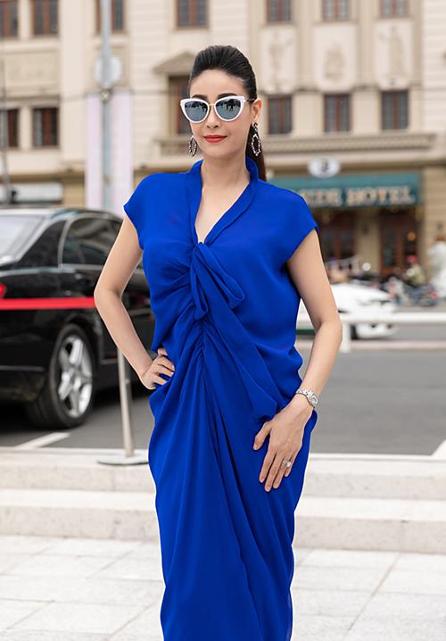 Hà Kiều Anh diện đầm xanh navy cùng kính mắt mèo.
