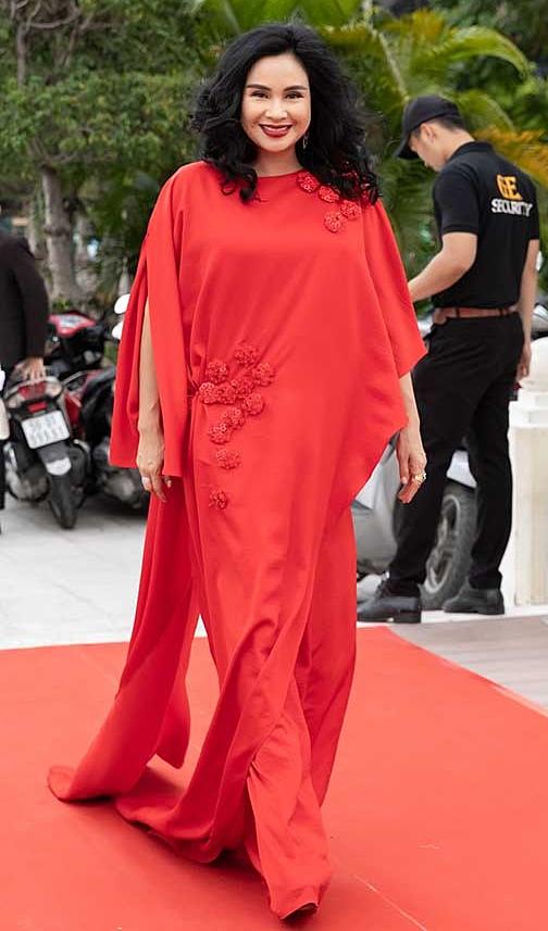 Thanh Lam mặc váy bất đối xứng.