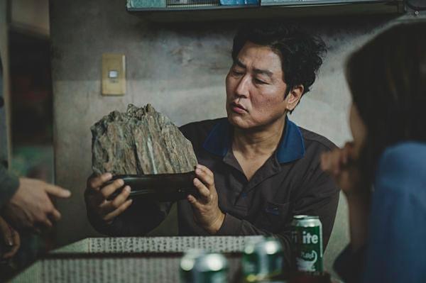 Viên đá nắm nhiều ý nghĩa xuyên suốt cả bộ phim.