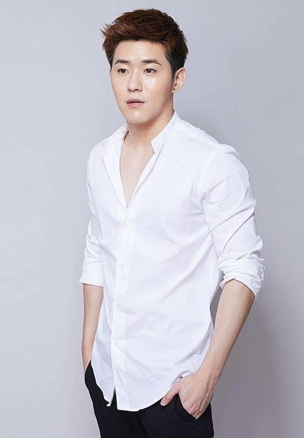 <p> Anh chàng quen biết Hương Giang trước đó nên đã nhận lời ngay khi được mời diễn xuất trong MV.</p>