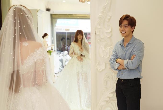 <p> Kin Nguyễn - chồng sắp cưới - cùng Thu Thủy đi thử váy cưới. Anh quan sát người yêu, nở nụ cười thích thú khi thấy nữ ca sĩ mặc chiếc váy trắng cho ngày trọng đại.</p>