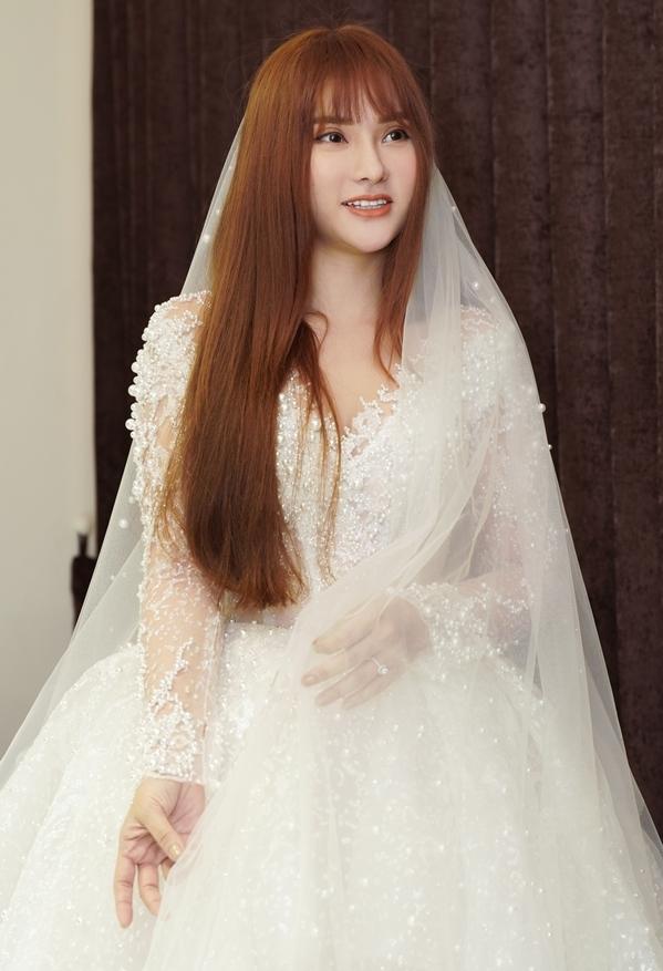 """<p> Thu Thủy chọn chiếc váy cưới voan nhẹ nhàng, khá tinh tế của NTK Lâm Lâm. Luôn nở nụ cười tươi nhưng giọng ca """"Thanh xuân từng đẹp đến thế"""" vẫn không giấu được sự hồi hộp.</p>"""