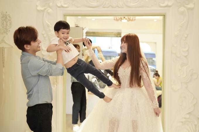 <p> Cả gia đình vui vẻ, cười đùa bên nhau.</p>