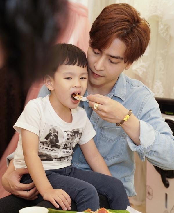 <p> Kin Nguyễn thay Thu Thủy chăm sóc bé Henry từng chút.</p>