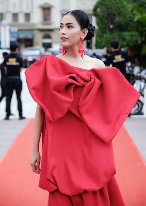 Trương Thị May là một trong những người bạn thân thiết của hai NTK Vũ Ngọc và Son. Trong show diễn lần trước tại Hà Nội, Á hậu biểu diễn với vai trò vedette thì lần này, cô xuất hiện trên thảm đỏ với tư cách khách mời.