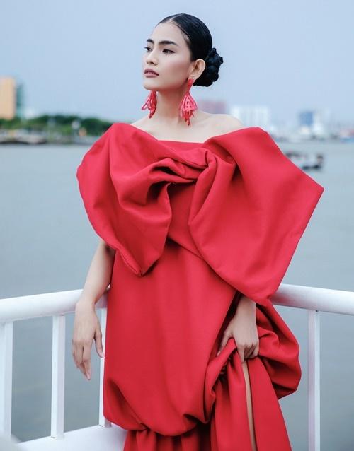 Á hậu các dân tộc Việt Nam mix chiếc đầm đỏ rực cùng bông tai tiệp màu.