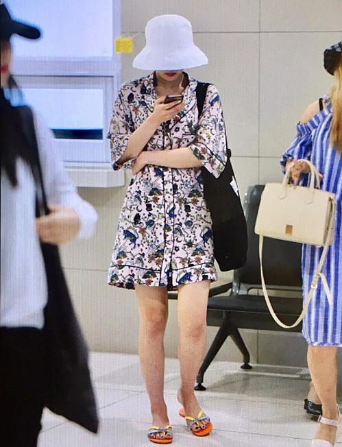 Joy cũng có thành tích mặc xấu tại sân bay khi mang đôi sandals Hermes giá 650 USD (hơn 15 triệu đồng) nhưng vẫn kém sang trọng.